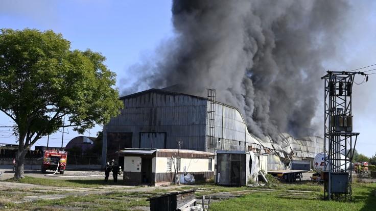 Hasiči naďalej zasahujú pri požiari v Trebišove, pre silný vietor halu s odpadom monitorujú