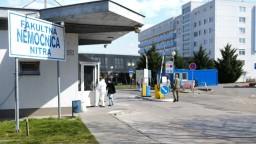 Nemocnica v Nitre obmedzuje plánované operácie, pribúdajú pacienti s covid-19