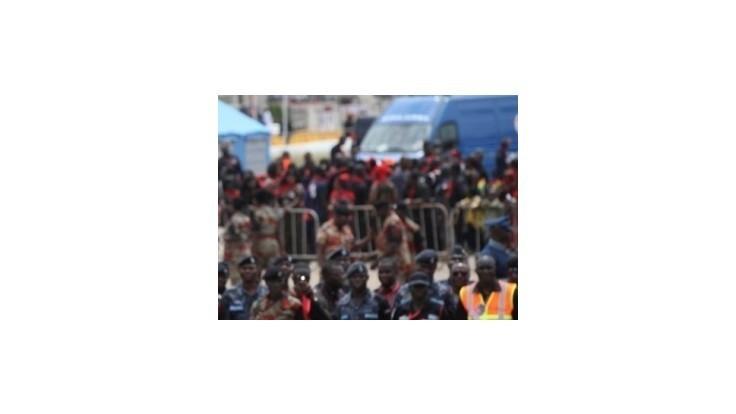 V Ghane sa zrútilo nákupné stredisko plné ľudí