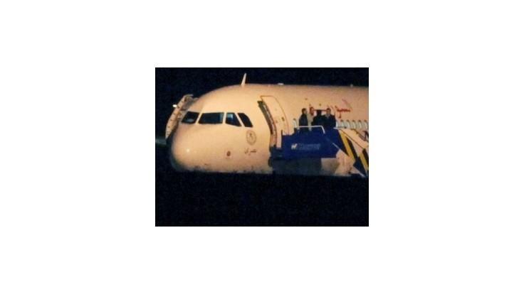 Turci povolili odlet zadržaného lietadla, pri hraniciach hlásia boje