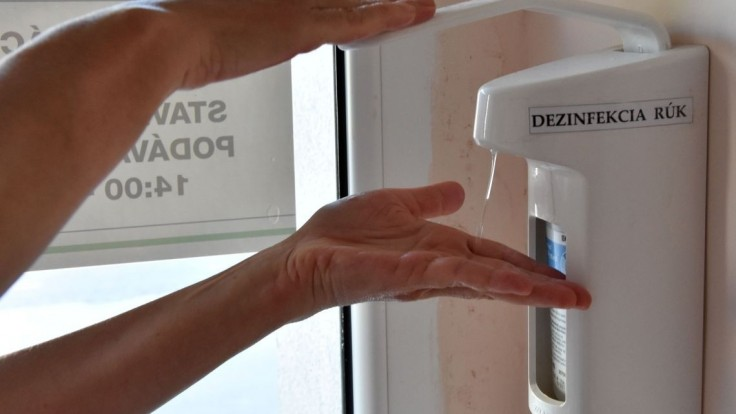 Ak púšťate do bytu pracovníkov, mali by mať rúško a umyť si ruky, radia odborníci