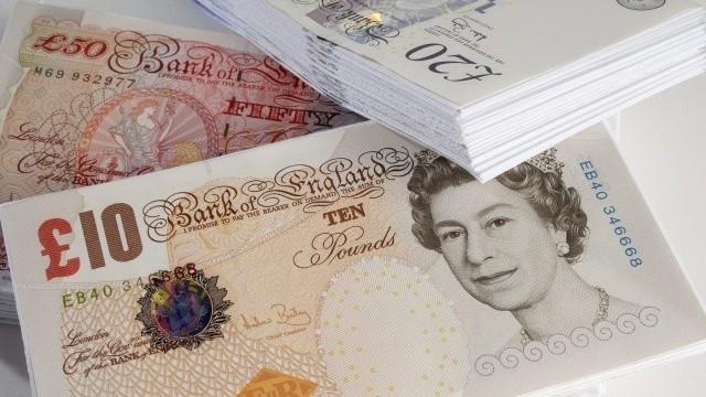 Británia pre nedostatok zamestnancov zvyšuje nástupné platy. Rastú rekordným tempom
