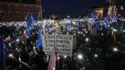 V Poľsku počas demonštrácií za EÚ zadržali aj synovca premiéra Morawieckého