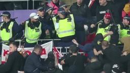 Maďarskí priaznivci sa vo Wembley pobili. 600 fanúšikov hostí napadlo usporiadateľskú službu