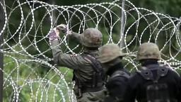 Poliaci chcú na hranici s Bieloruskom postaviť trvalú bariéru
