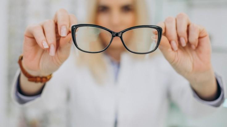 Skutočne vás okuliare ochránia pred covidom? Vedci ich odporúčajú v týchto prípadoch