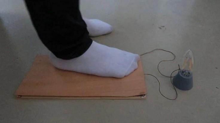Nanogenerátor v drevenej podlahe napája žiarovku pomocou krokov