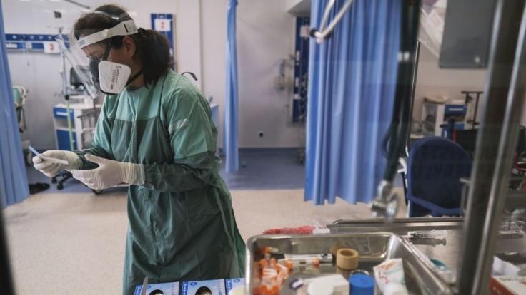 Koronavírus si opäť vyžiadal vysoký počet obetí, nakazilo sa takmer dvetisíc ľudí