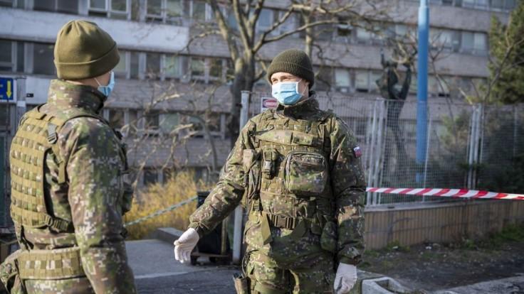 Stovky vojakov pôjdu pomáhať do vybraných nemocníc a regionálnych úradov
