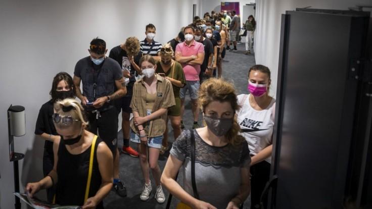 Počet nových prípadov v Poľsku stúpa, štvrtej vlny sa ľudia neboja