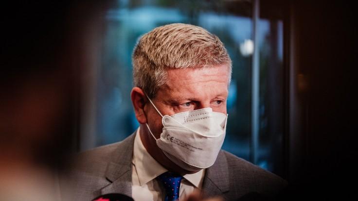 Lengvarský chce zvýšiť budúci rok platy zdravotníkov, zaviesť by sa mal aj covid príplatok