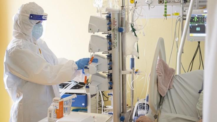 Niektoré nemocnice už cítia tretiu vlnu naplno, operácie musia odkladať