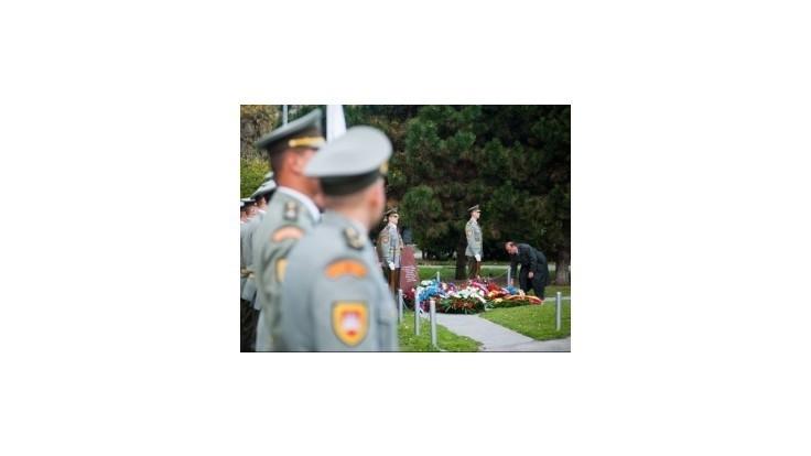Predstavitelia rezortu obrany položili vence k pamätníku veteránov