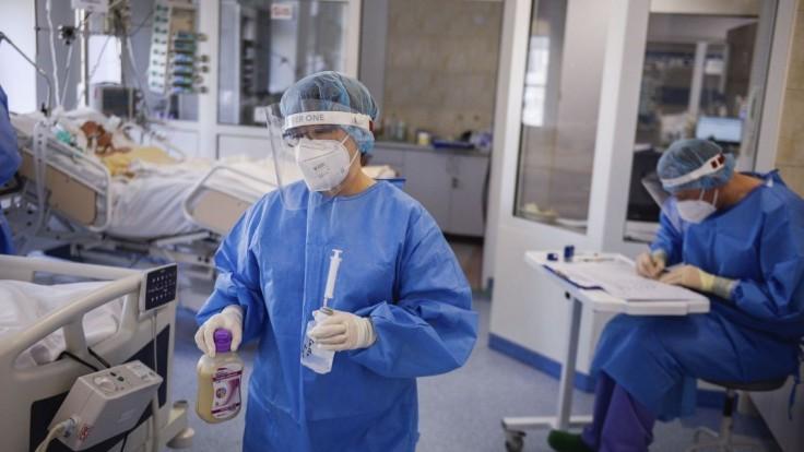 V Českých nemocniciach leží vyše tisíc pacientov s covidom. Viac ako sto je v ťažkom stave