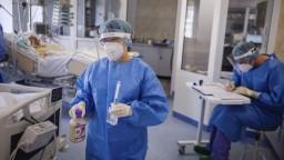 Pribudlo množstvo nových obetí koronavírusu, priťažilo sa aj nemocniciam