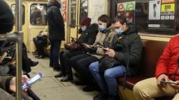 Kyjev sprísňuje opatrenia. Covidpasy budú náhodne kontrolovať aj vo verejnej doprave
