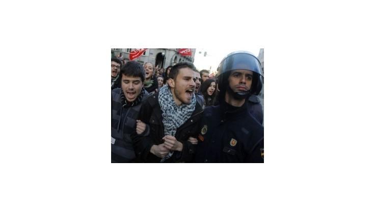 Európu ovládli protesty, úrady hlásia desiatky zranených