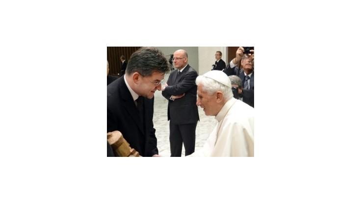 Lajčák sa stretol s pápežom, venoval mu drevorezbu
