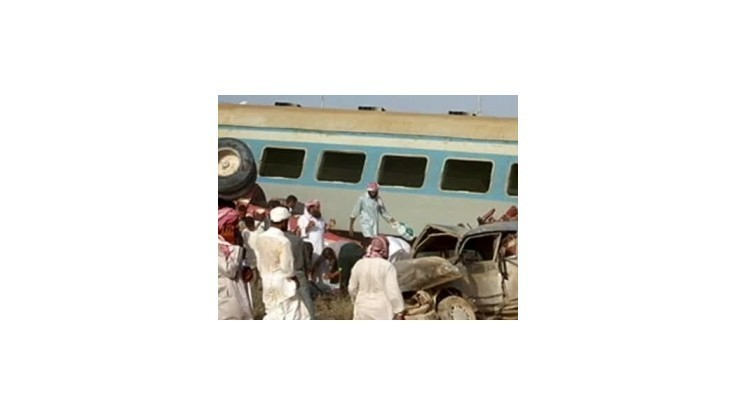 V Egypte sa zrazil školský autobus s vlakom