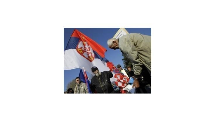Nacionalisti nahnevaní rozhodnutím Haagu spálili chorvátsku zástavu