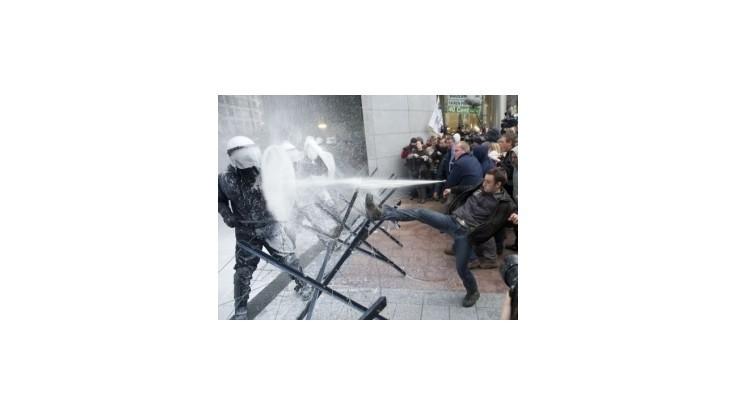 Protestujúci farmári zaplavili Brusel mliekom a traktormi