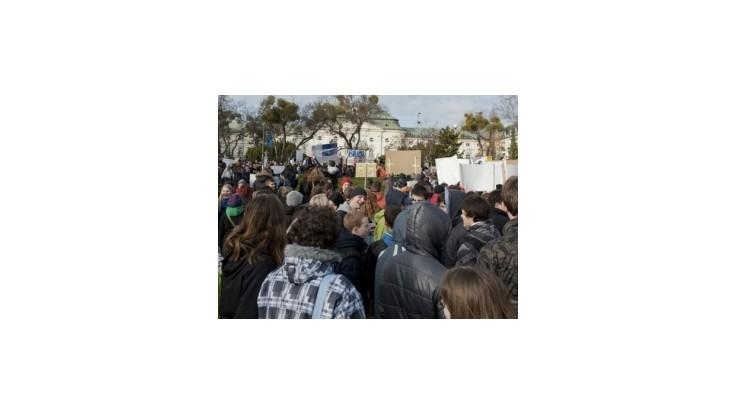 Školy sa vzbúrili, pred Úrad vlády prišla tisícka protestujúcich