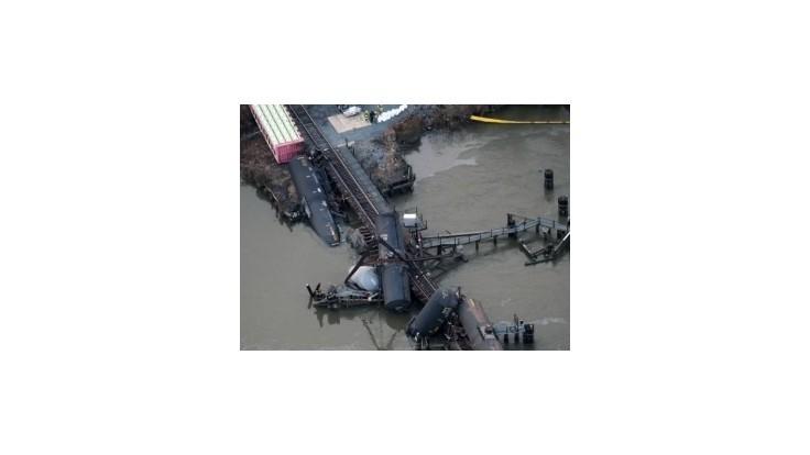 V New Jersey sa pod vlakom s chemikáliami zrútil most