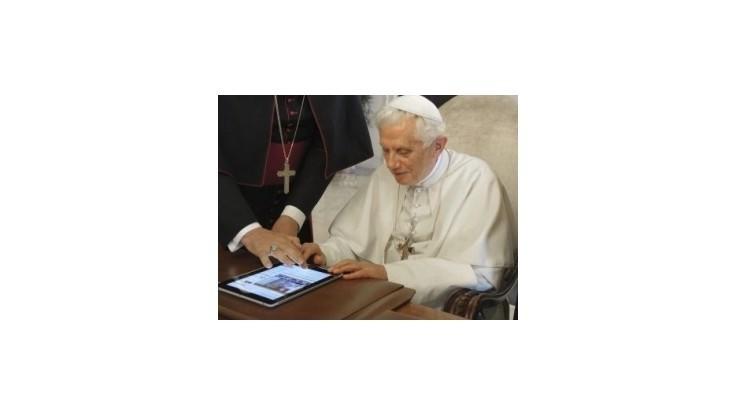 Pápež začína používať Twitter, vybral si meno Pontifex
