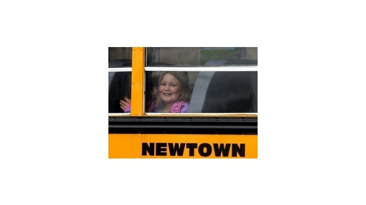 Žiakov v Newtowne sprevádza polícia, jedna škola zostáva zavretá