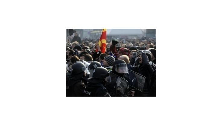 Macedónski poslanci sa zabarikádovali v parlamente