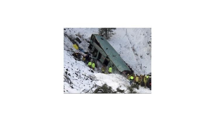 V Oregone sa z cesty zrútil autobus, zahynulo 9 ľudí