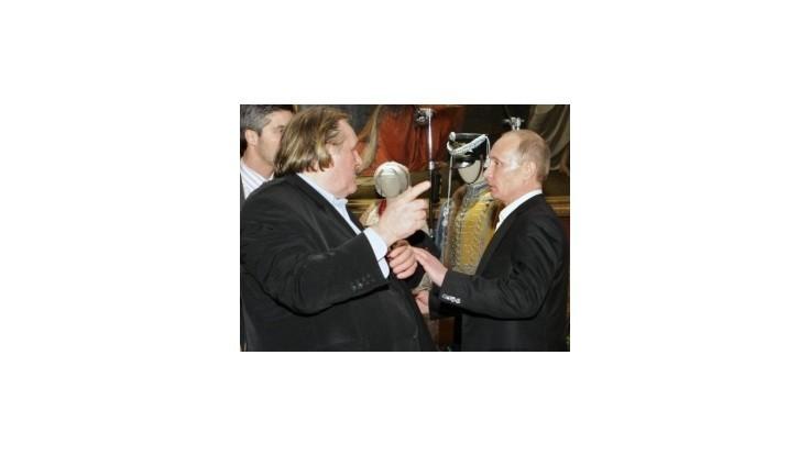 Gérar Depardieu pricestoval do Soči, kde sa zrejme stretne s Putinom