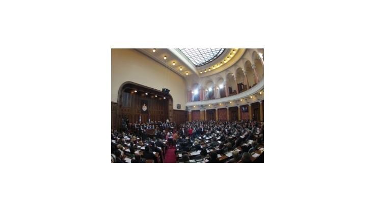 Srbský parlament schválil vládnu rezolúciu o Kosove