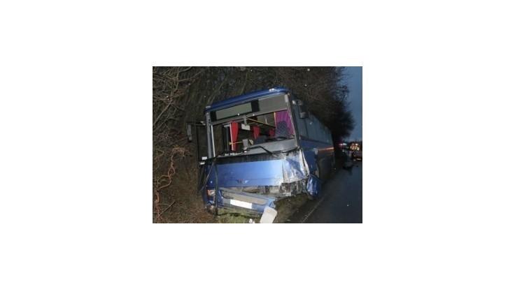 Pri nehode autobusu na Záhorí sa zranilo 21 ľudí