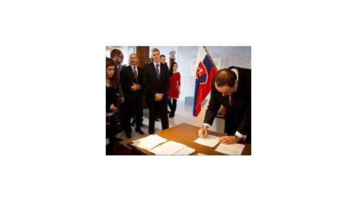 Opozícia po nevydarenej schôdzi podpísala obžalobu prezidenta