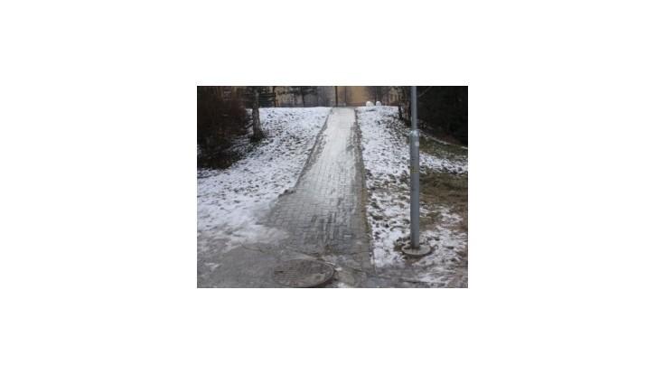 Zľadovatené chodníky v B. Bystrici spôsobujú množstvo úrazov