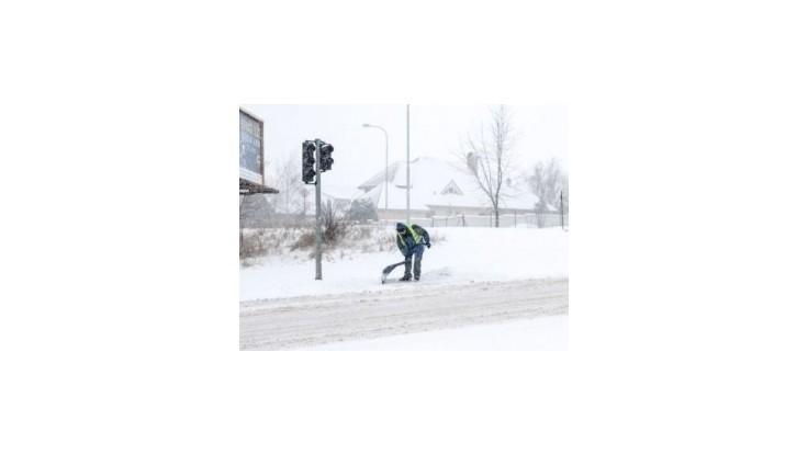 V hlavnom meste mešká MHD, na východe trápi vodičov hmla