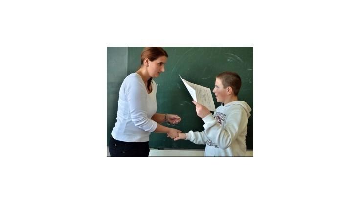 Státisíce školákov si preberajú polročné vysvedčenia