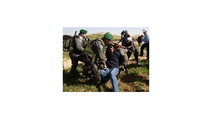 Izraelskí vojaci vyhnali aktivistov z nelegálneho tábora