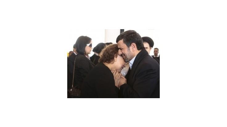 Ahmadínežáda kritizujú duchovní za objatie Chávezovej matky