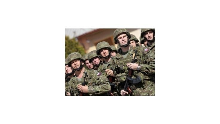 Vojaci a policajti budú na výsluhový dôchodok pracovať dlhšie