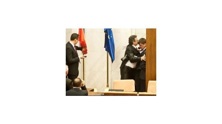 Hlina napadol v parlamente kolegov, tvrdí Martvoň