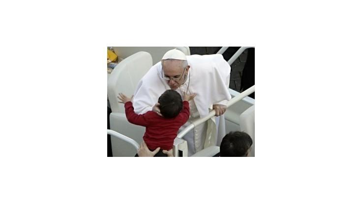 Pápež robí starosti svojej ochranke, často opúšťa papamobil