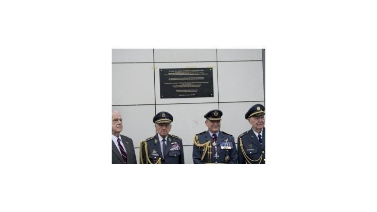 Briti odhalili československým letcom pamätnú tabuľu