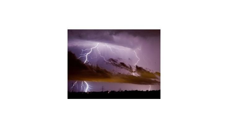 SHMÚ: Na väčšine Slovenska sa môžu vyskytnúť búrky s krúpami