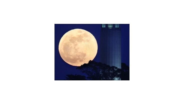 Mesiac sa dnes v noci môže zdať nezvyčajne veľký, priblížil sa k Zemi