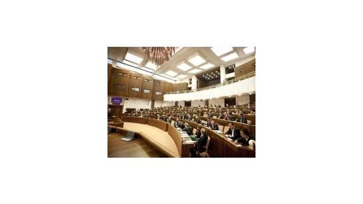 Poslanci si tento rok odsedeli v parlamente 50 dní