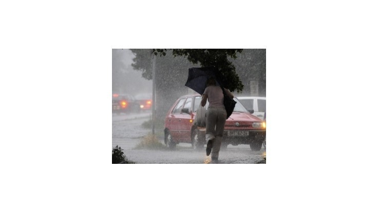 Na väčšine územia Slovenska hrozia búrky, v okrese Gelnica môže byť povodeň