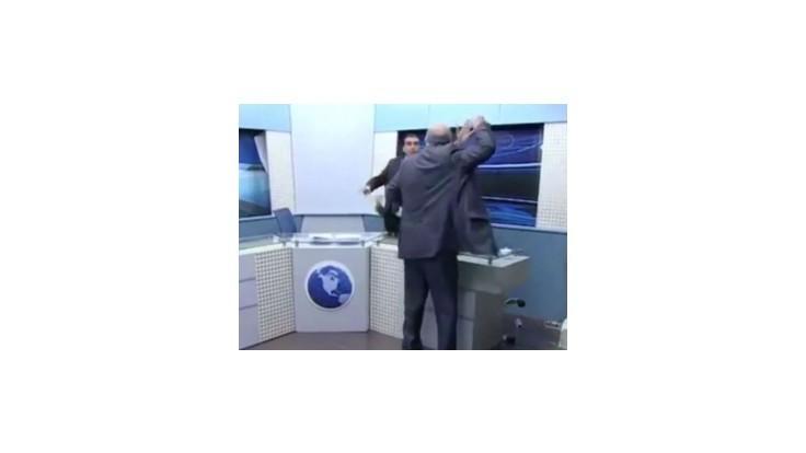 V diskusnej relácii jordánskej televízie lietali fľaše a stoličky