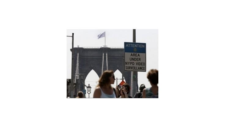 Na prísne stráženom Brooklynskom moste sa podarilo vyvesiť biele vlajky